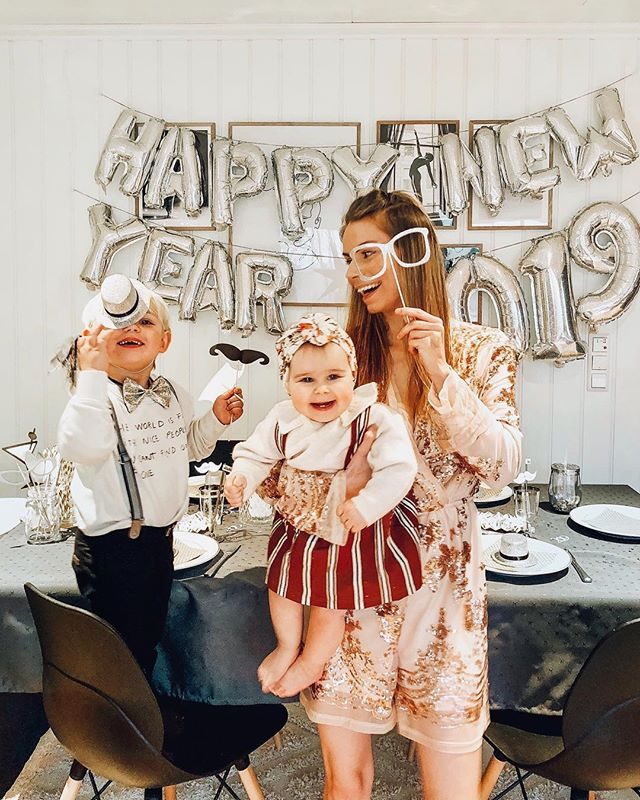 #bestofmom @frkeinevoll ・・・ We're baaaaaack! These last few months have been CRAZY. I'm sure you can all relate with the hectic holiday season  and babies and babies and more babies. Mom of 3 with a 4 on the way here! 🙋♀️WOAH!  Cheers to the new year! Love you guys!