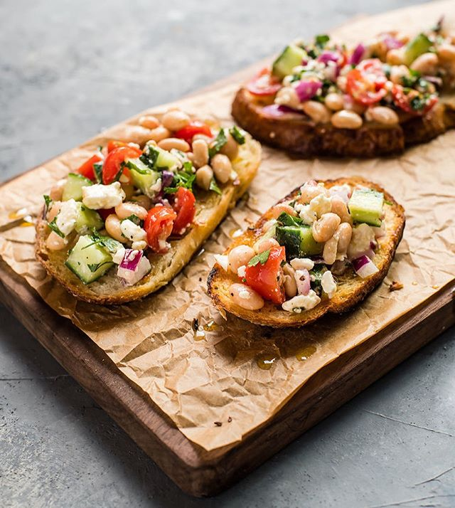 No fuss, done in 15 minutes, and still tastes fresh... everything I need in a meal this time of year! New on the blog, this white bean salad with fried garlic toasts. (And yea, the garlic toasts do require you to turn on the stove for a literal hot second, but it's worth it).