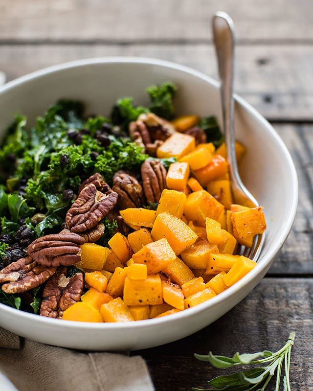 We're waiting for the weather to warm up, which is the perfect excuse to get this recipe published: kale salad with... sage-butter butternut squash, toasted pecans, currants, parmesan, capers and a white balsamic vinaigrette. A big bowl of fall flavors 🧡💚🧡 On the blog!
