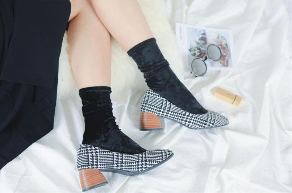 Velvet socks with printed shoes