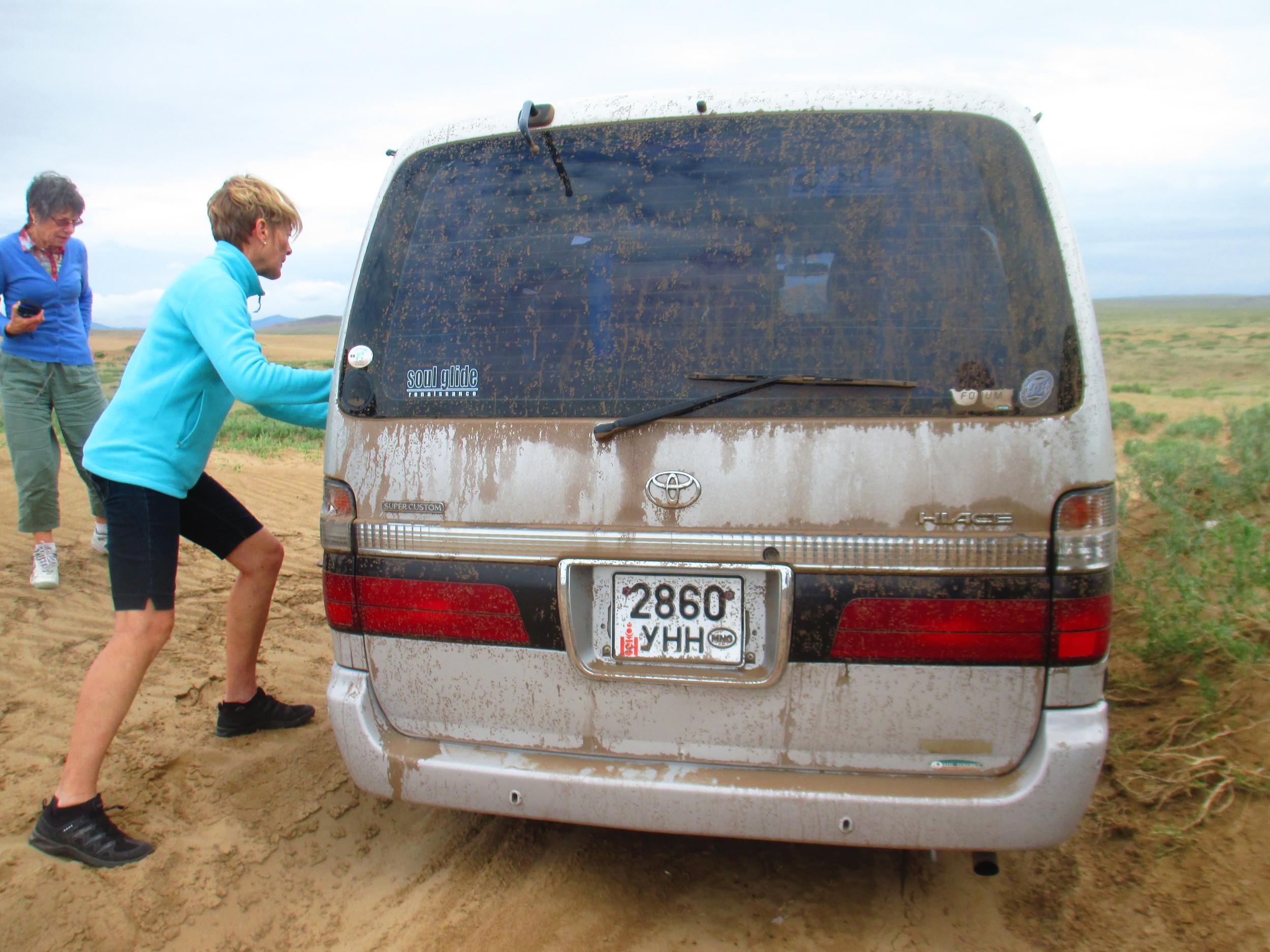 Van bogged, Sari to the rescue