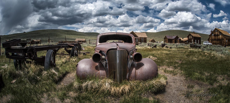 A Tom classic style car photograph.