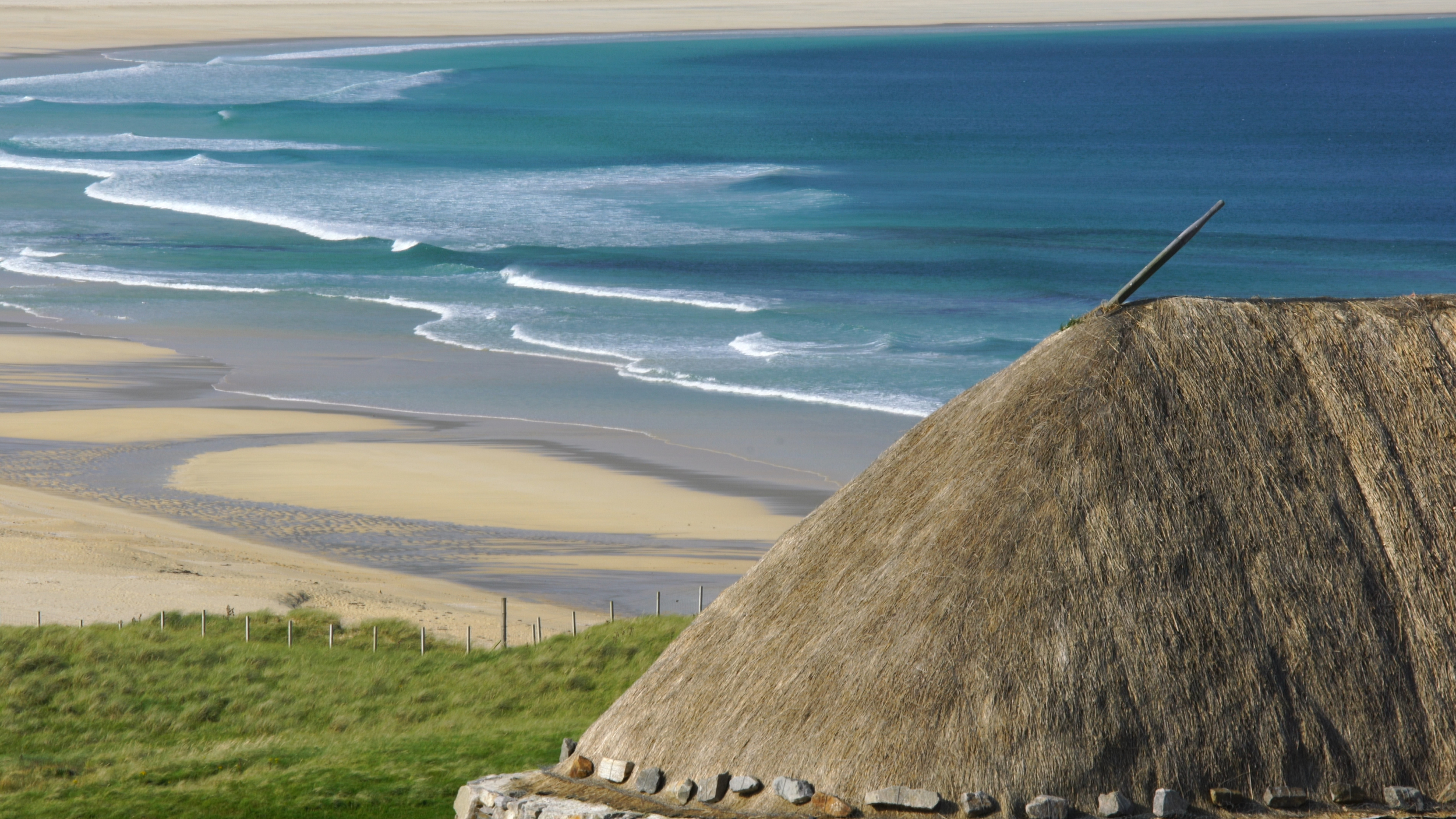The beautiful marram-thatched roof is based on techniques over 1,500 years old, using turf and weighting stones as well as copious supplies of the local marram seagrass. Thatching was carried out by Neil Nicholson, an expert in his craft, from the neighbouring island of North Uist.