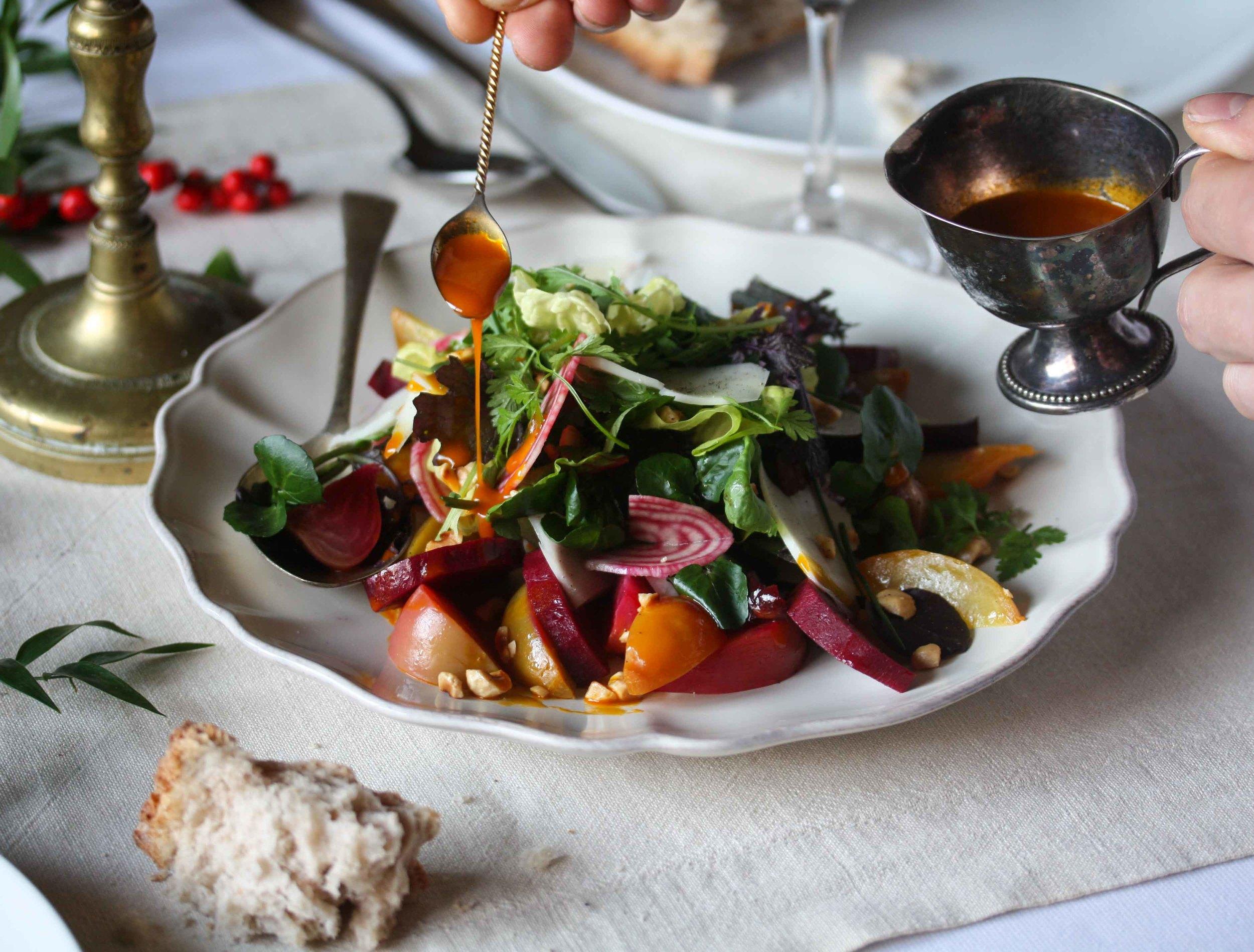 Salade van geroosterde en gekookte bieten met Texelse schapenkaas en wortelvinaigrette