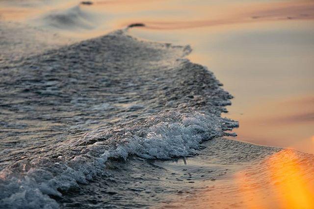 """Hei, mulla olis valokuvataiteen museolla uusi työpaja """"avaimet hyvään kuvaan"""". Kolmessa tunnissa valokuvailmaisua haltuun hauskassa ja rennossa ilmapiirissä. Tervetuloa mukaan su 20.10, la 9.11 tai 1.12!  Ps. Tämä kuva on loppukesältä, viimeiseltä veneretkeltä ulapalle katsomaan auringonlaskua. Vaikka syksyn värimaailma on myös keltaoranssi, niin merellä olemista ja horisontin tuijottamista ei taida mikään voittaa 🌊💙"""