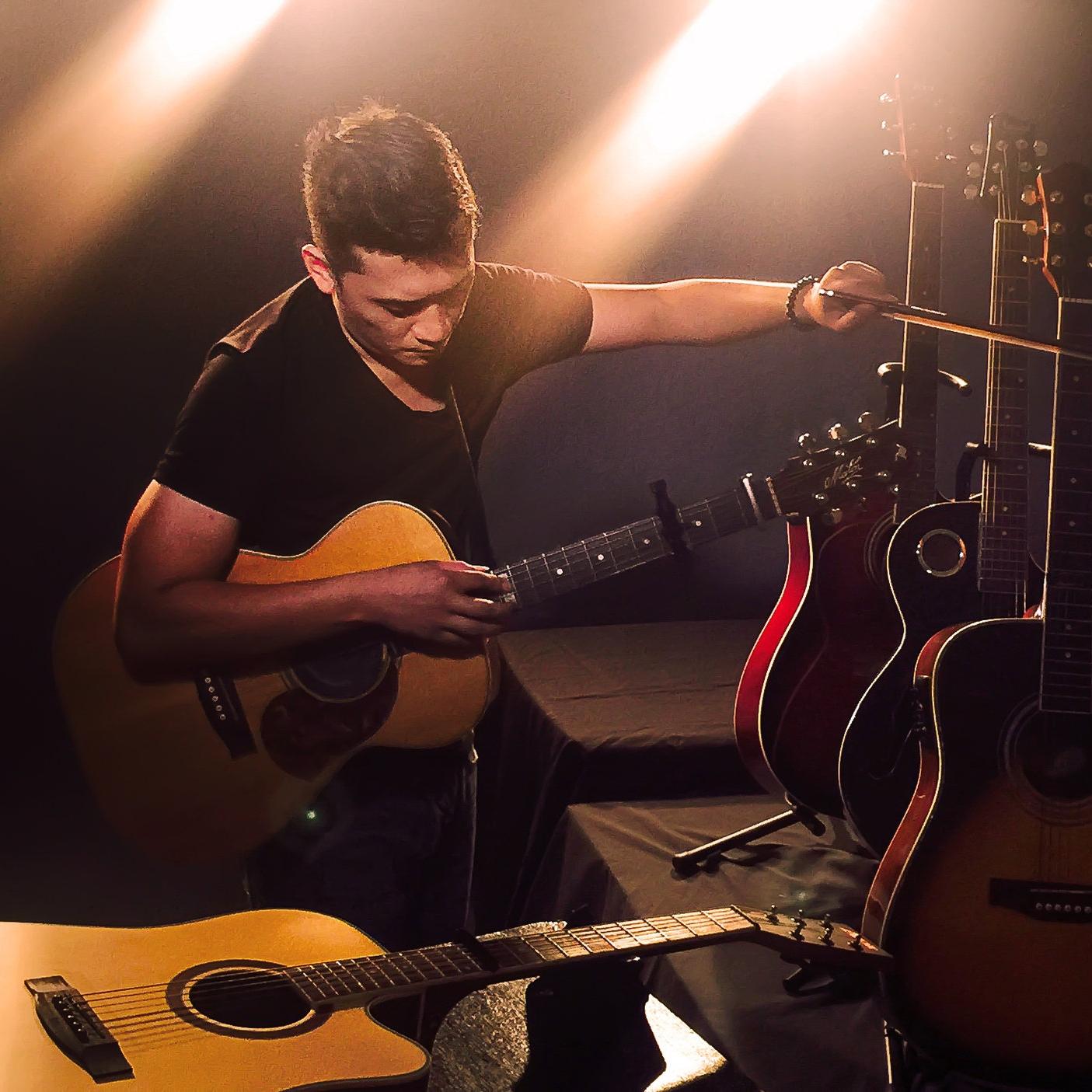 <p><a href=/artists/lj-manzano>LJ Manzano</a>Guitarist, Composer, Singer / Songwriter, Producer</p>
