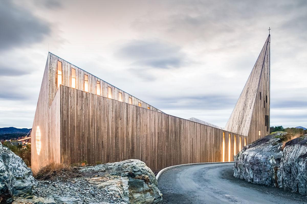 Lysdesigner Roar Sande har gjort lysdesignet for Knarvik kirke.  Les mer her