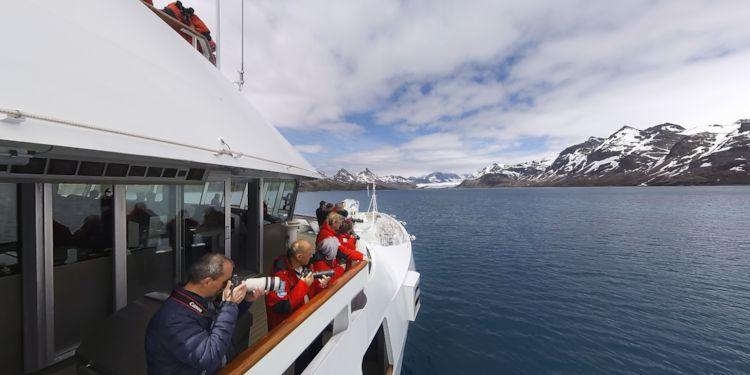 Sailing into Fortuna Bay