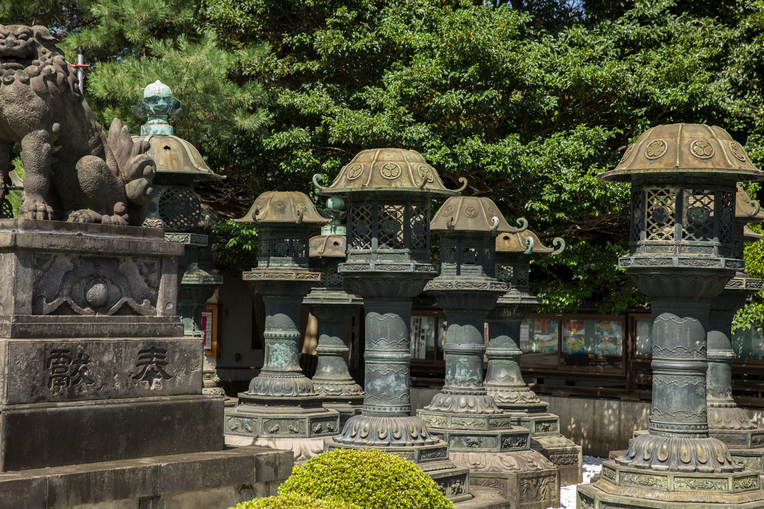 The 50 copper lanterns at Toshogushaden Karamonmae and Sando are not used for illumination. Instead they were built as offerings to the Daimyos (feudal lords) from all over Japan. The name of each donor is written on the base, and is collectively a designated National Treasure of Japan.