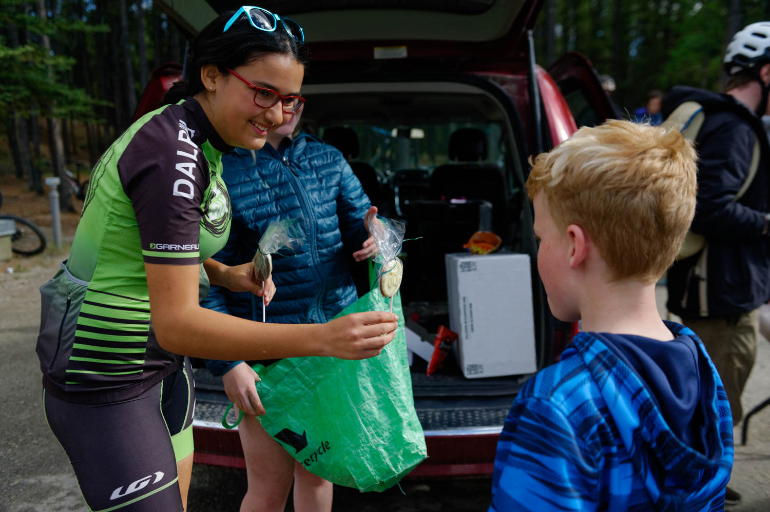 Mathilde helped for a mountain bike race put together by U Kon Echelon and Participaction. She was very proud to give her handmade chocolate to the kids as prizes. They were delighted too, obviously!