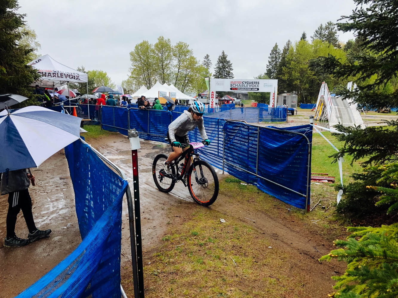 The XCT on Sunday in Baie St-Paul was pretty muddy. Aïsha slid under the tape, but got back on the bike and finished strong. Mara was there to cheer for her team!