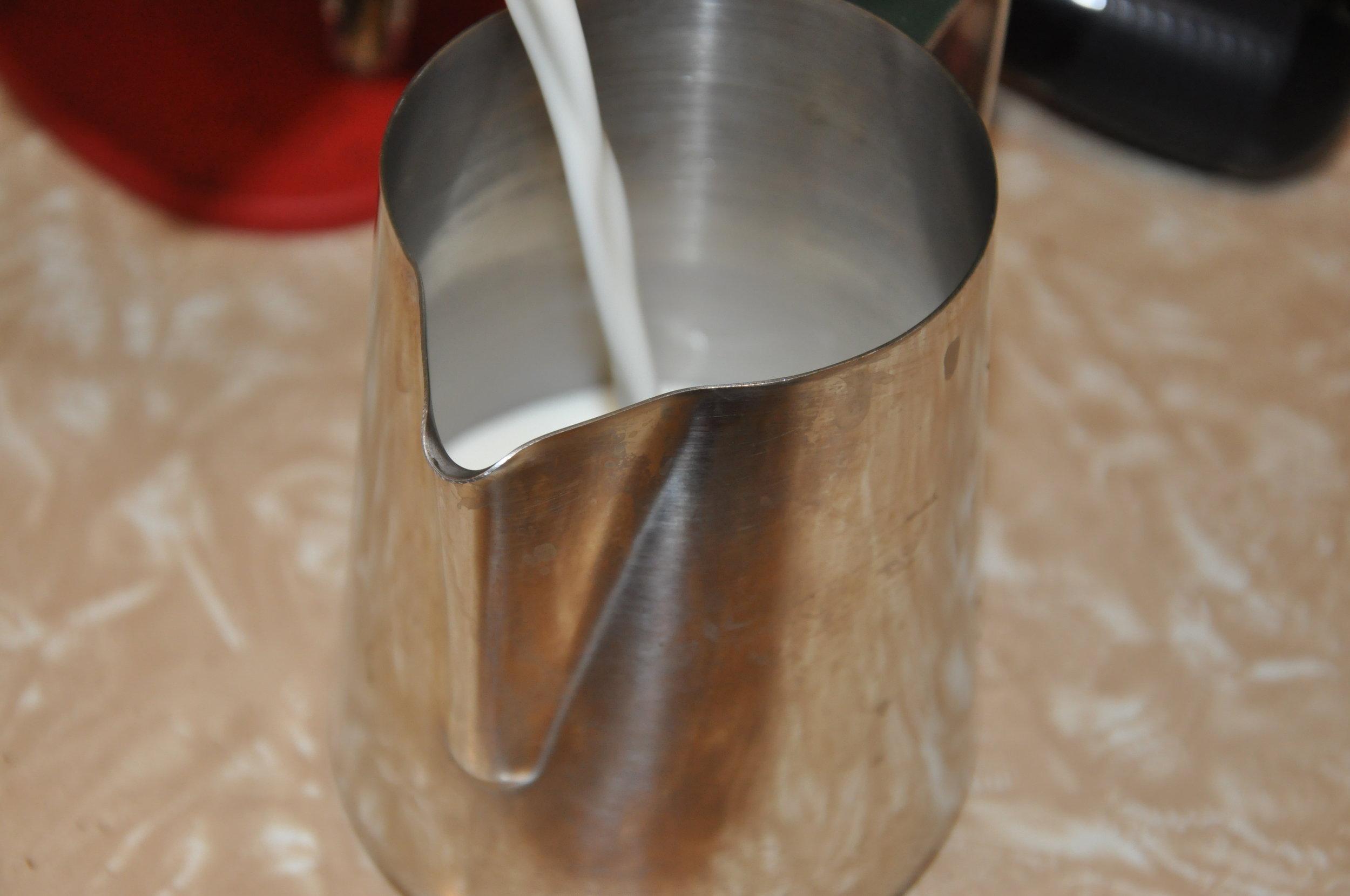 Milch in die Kanne.JPG