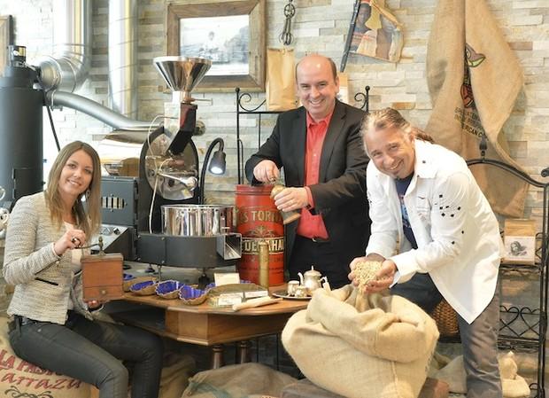 Christian Zsak (im Bild rechts) in seinem Café in Kärnten