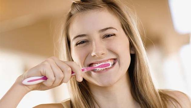 Main_Teenage_girl_brushing_teeth.jpg