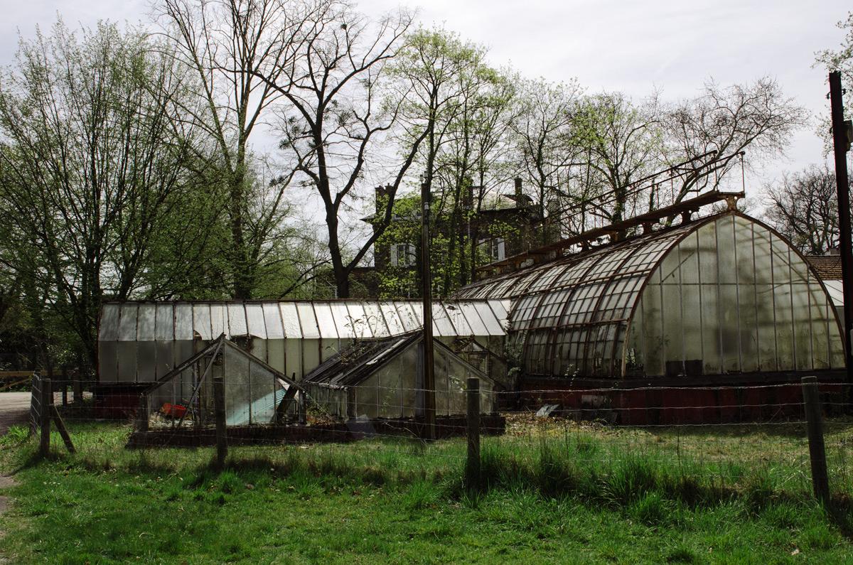 Övergivna hus i Jardin d'Agronomie Tropicale som ligger i parken Bois de Vincennes utanför Paris