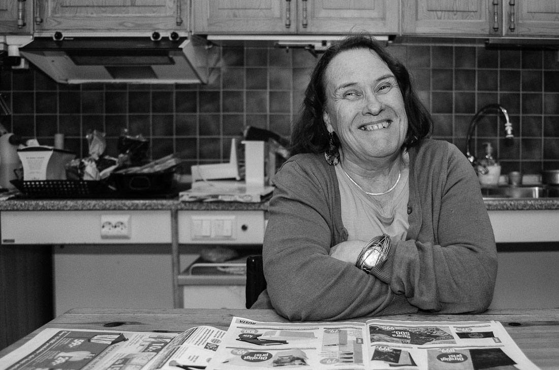 svartvitt porträtt på mamma i hennes kök