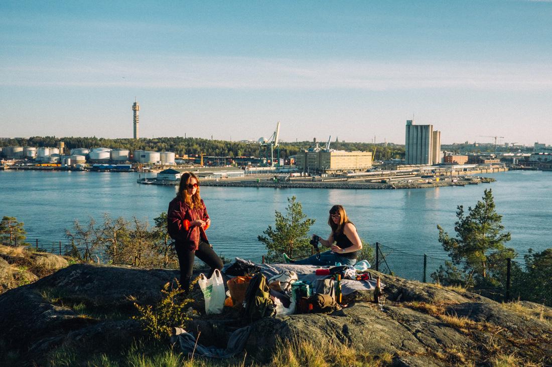 Elsa Soläng och Katarina Wohlfart grillar på klipporna på Lidingö