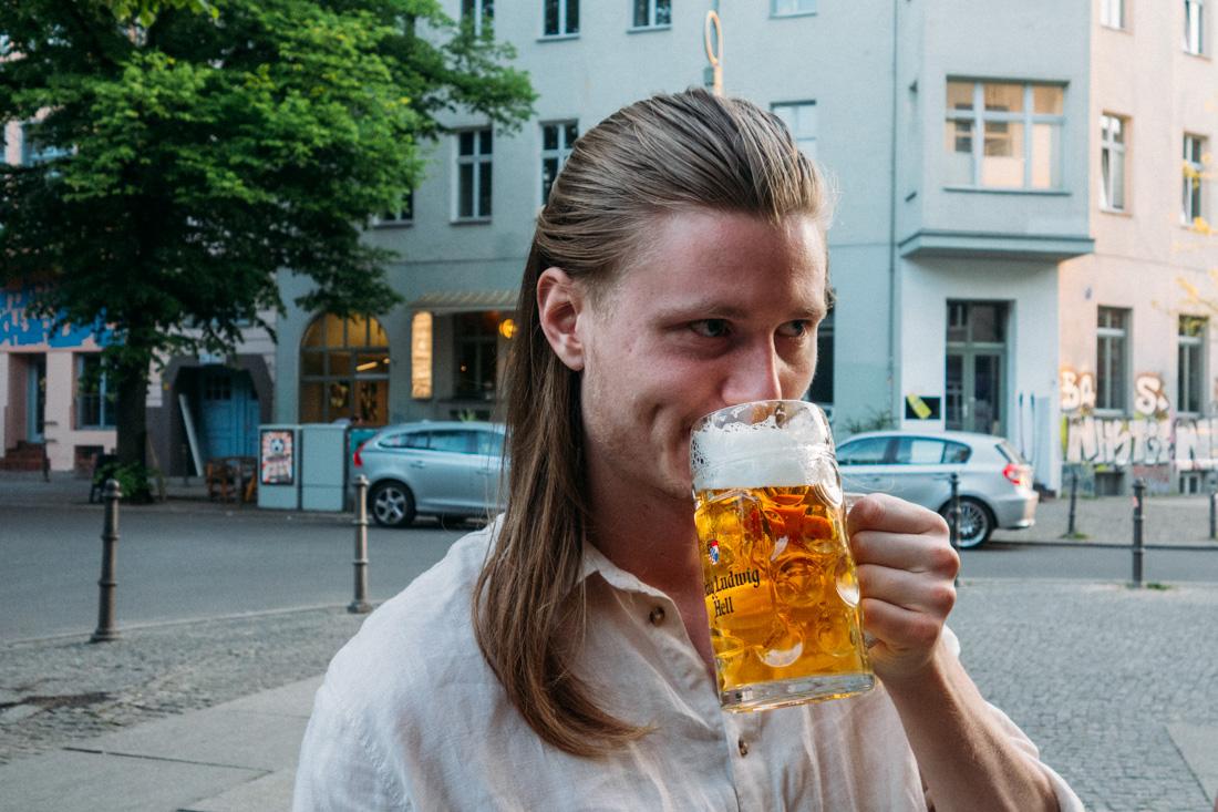Dricka öl i Kreuzberg Berlin