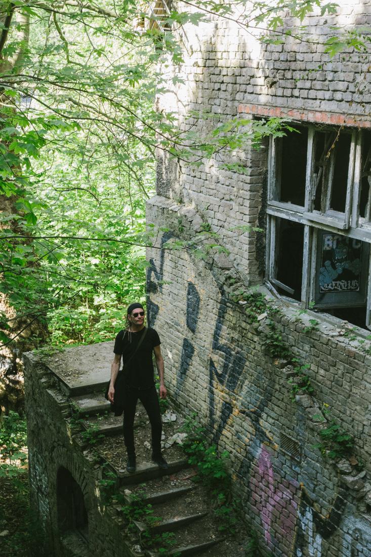 Jaari vid övergivet hus i Berlin