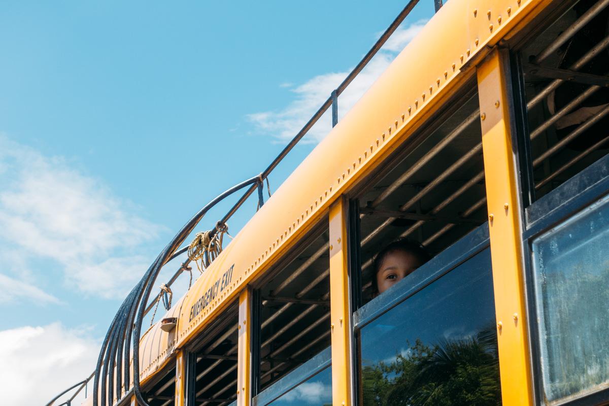 åka i gamla amerikanska skolbussar i NIcaragua
