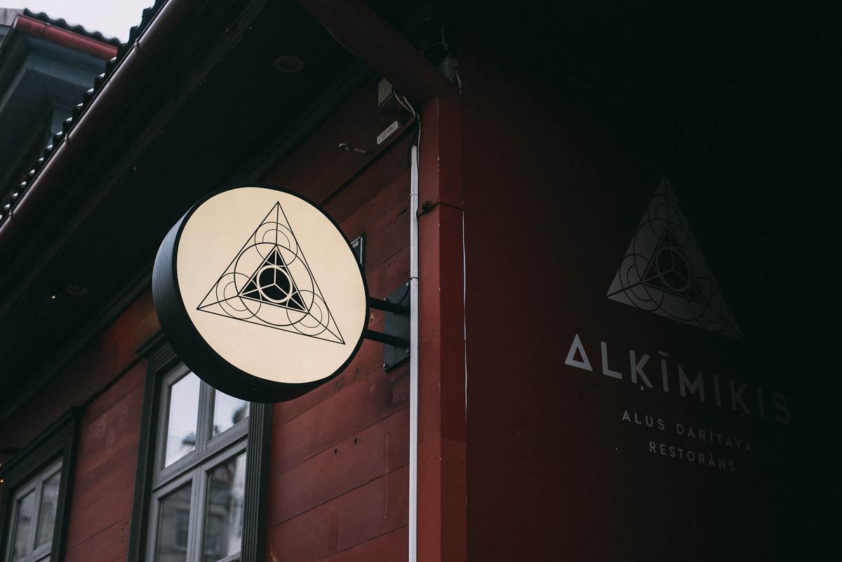 Bar och microbryggeri av öl Alkimikis i Riga