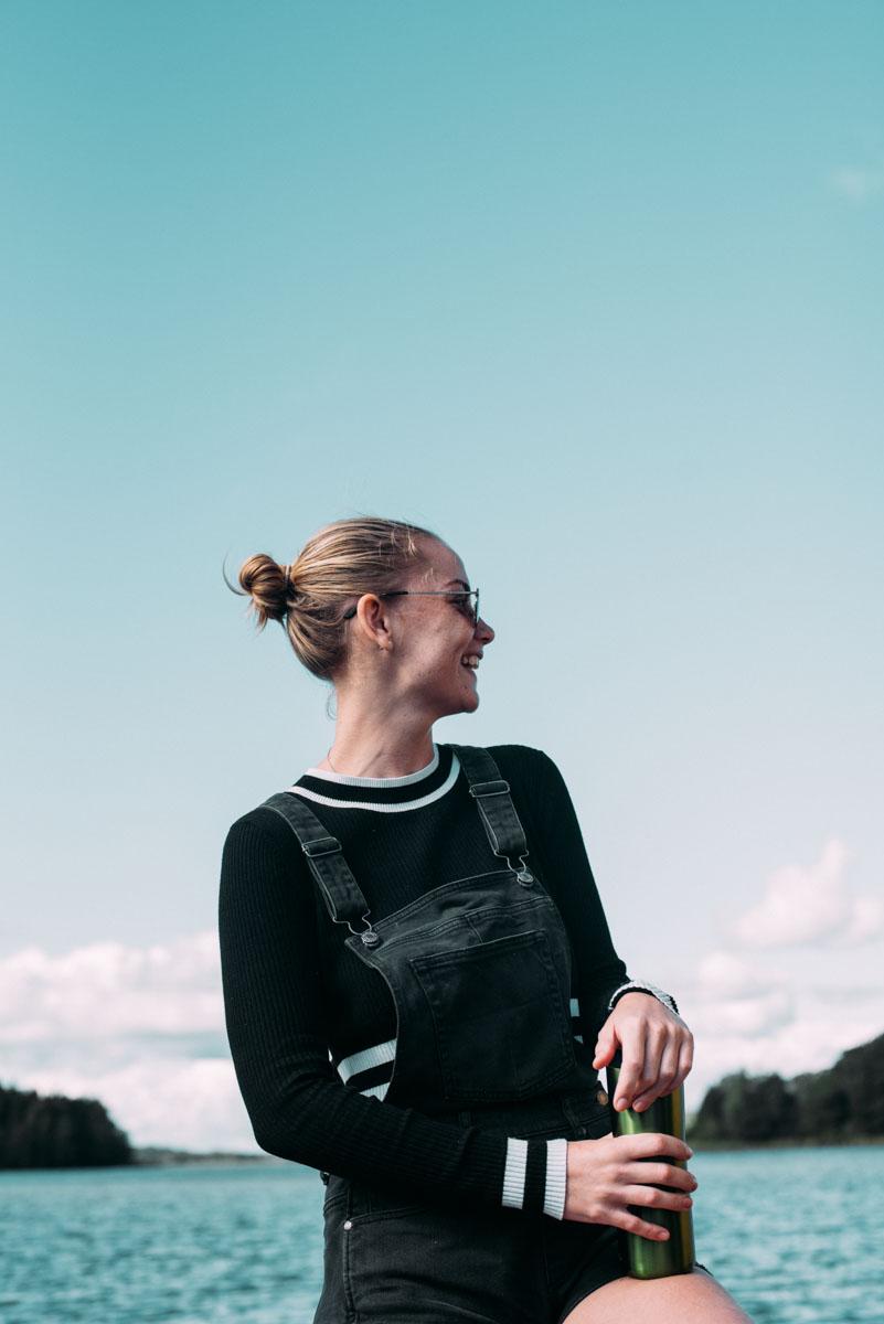 Evelina från bloggen earth wanderess åker båt till ön lindö under summer workation med influencers of sweden