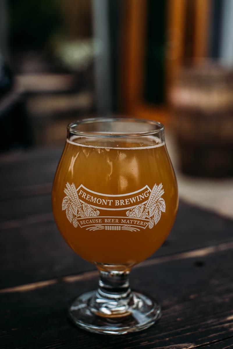 dricka öl på bryggeriet fremont brewing i seattle