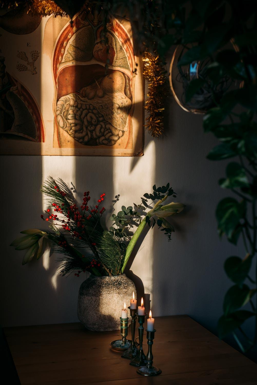 juldekorationer med adventsljusstake och blombukett