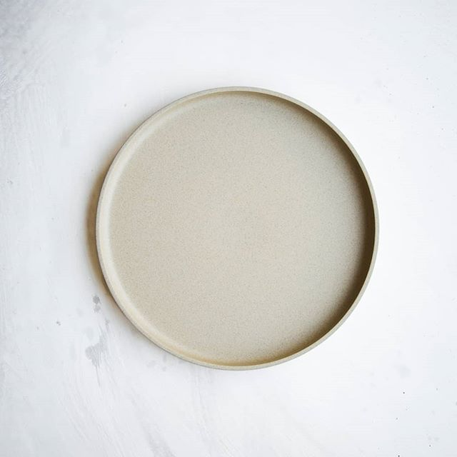Our new favorite Hasami Dinnerware is a beautiful porcelain made in Japan. Super simple & chic flat bottomed plate with slight lip on edge to keep those yummy sauces in place. Pair this Dinner Plate with a metallic rimmed salad. Voila! Holiday goodness on your table.  Photography @photosurfaces