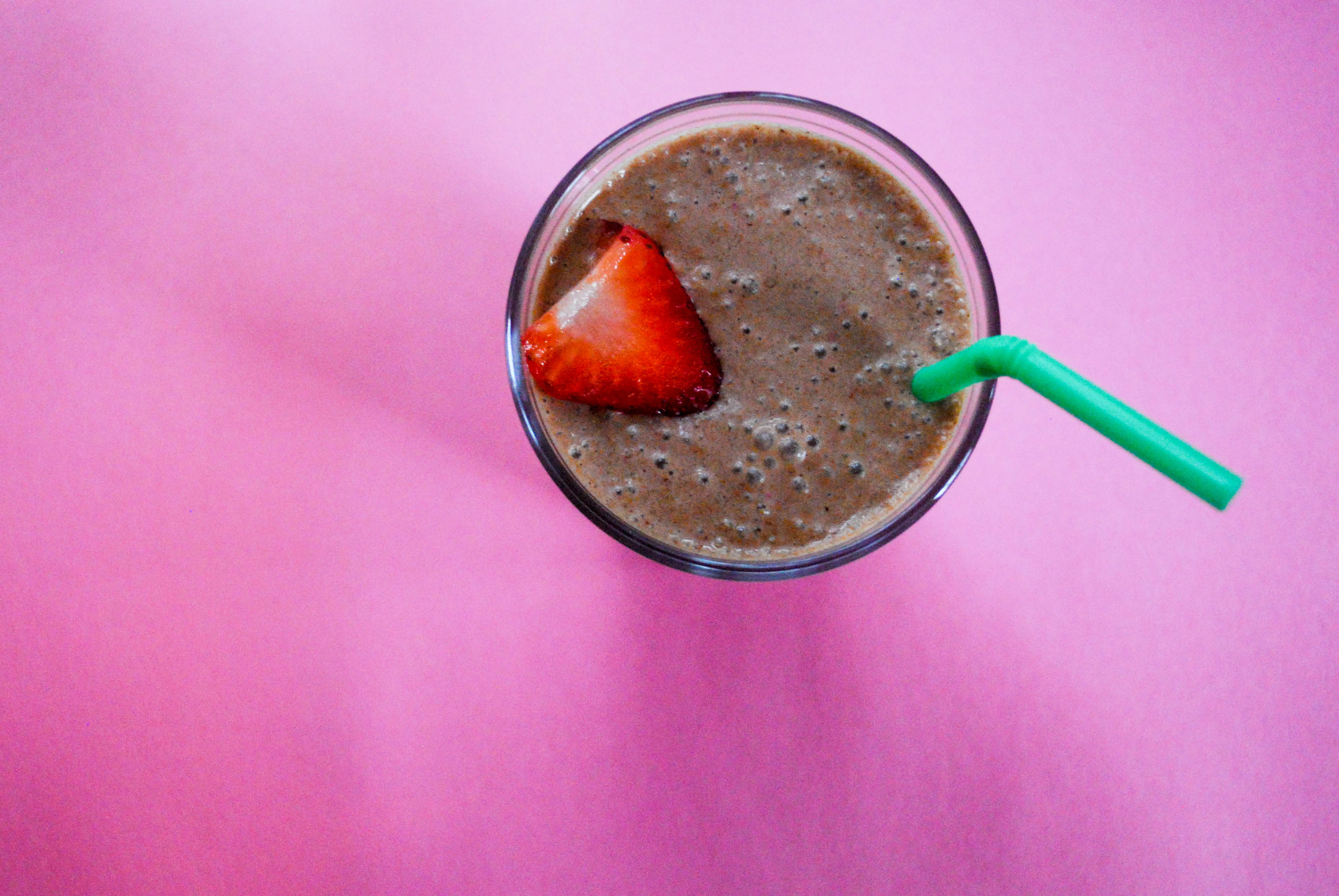 Strawberry smoothie with chocolate-hazelnut butter and cinnamon | Freckle & Fair