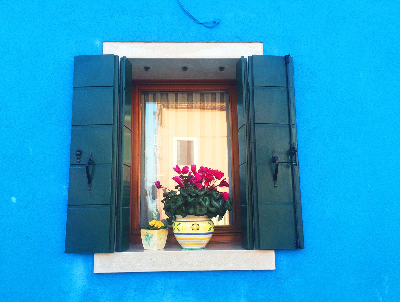 Blue windowsill in Burano, Italy | Freckle & Fair