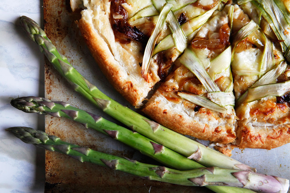 Shaved asparagus and caramelized onion pizza for spring   freckleandfair.com