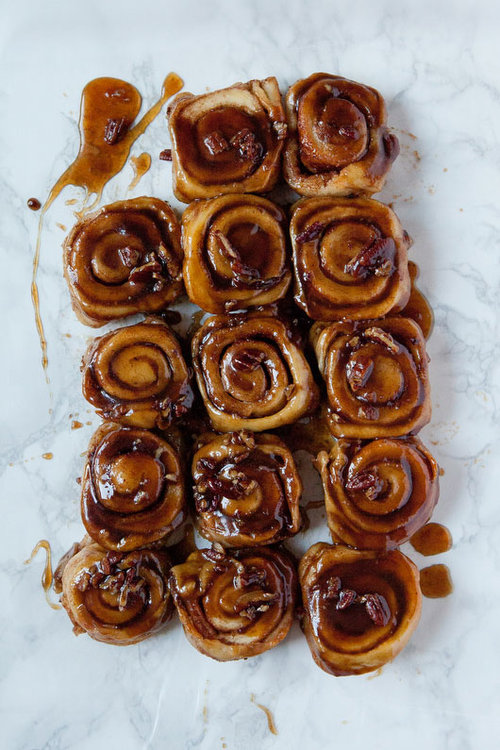 Caramel pecan cinnamon rolls | freckleandfair.com