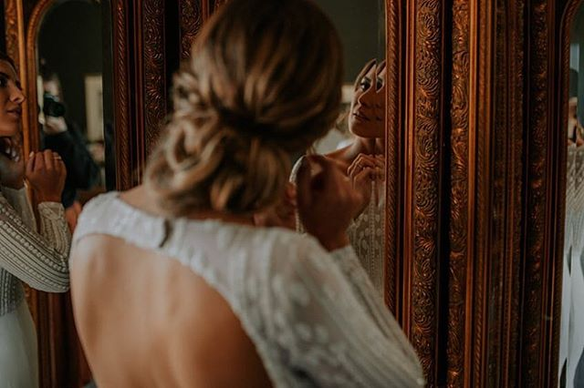 Final touches before heading out ✨  Hit the link in my bio for the full story! 💛 . . #weddingstyling #kinfolk #nouba #togetherjournal #bohostyle #lookslikefilm #tribearchipelago #vsco #creativelifehappylife #weddingphotography #creativepreneur #createcultivate #pursuepretty #flashesofdelight #creativeentrepreneur #chasinglight #thehappynow #weddinginspo #thatsdarling #darlingmovement #livethelittlethings #seekthesimplicity #chooselovely #prettylittlethings #lovelysquares #enjoythelittlethings #thatauthenthicfeeling #postitfortheaesthetic #aquietstyle #inspiremyinstagram
