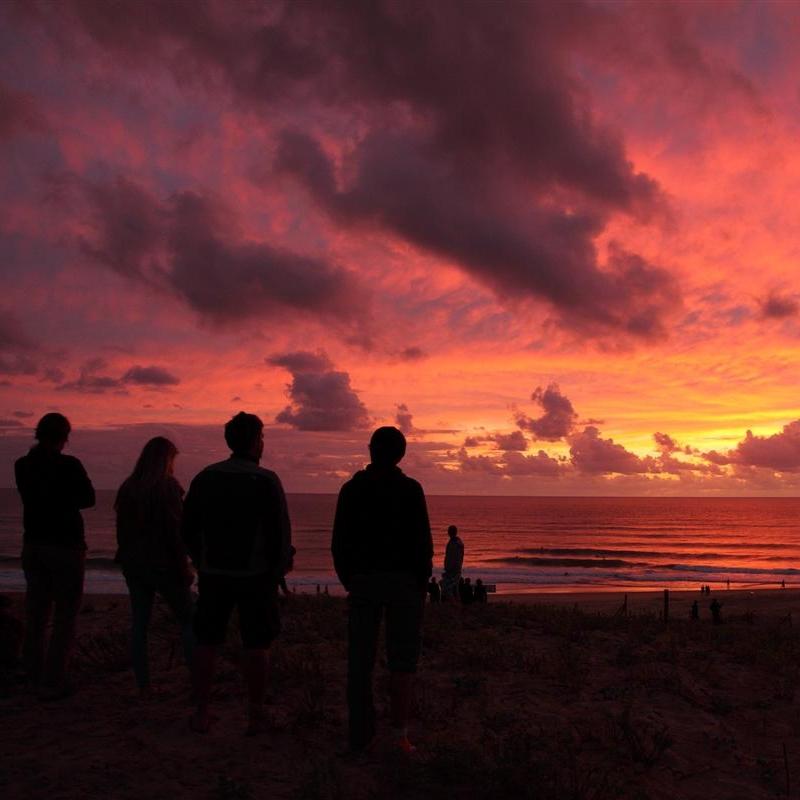 Suchst du nach einem Surf Camp an der wunderschönen Atlantikküste von Frankreich mit endlosen Sanddünen und kilometerlangen Stränden um das Wellenreiten zu erlernen? Welches auch Sonderangebote für Familien anbietet und zeitgleich einen guten Zweck unterstützt?