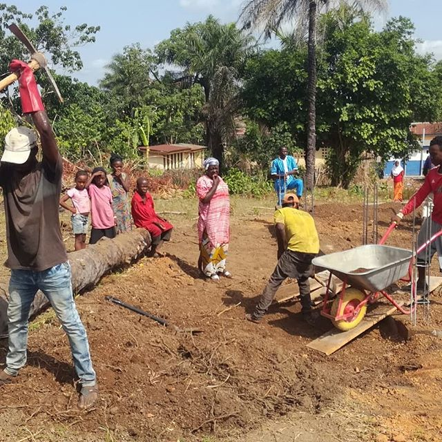 Construction of the new Primary School Manjoro in the north of Sierra Leone. Thank you to Fly & Help from Germany to fund this protect, our first construction of this size coordinated by Street Child Germany. Very, very happy.  ps.  Joan and my Sierra Leone fundraiser this year: https://www.migranodearena.org/reto/18096/maraton-por-los-ninos-de-sierra-leona o http://www.tinyurl.com/coffee-for-donation