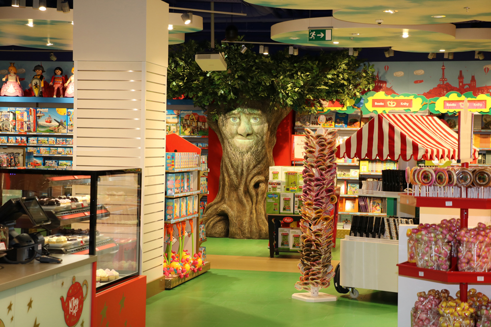 Propability,-Hamleys-Prague,-Talking-Tree-with-Projected-face.jpg