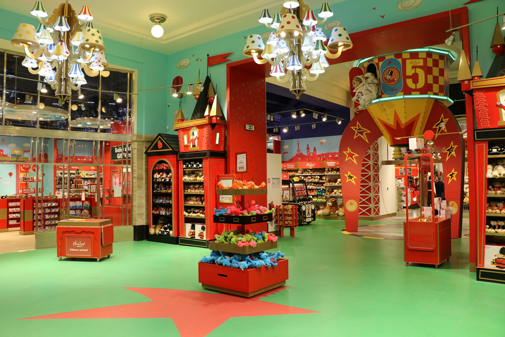 FRONT OF STORE - HAMLEYS PRAGUE    May 2016