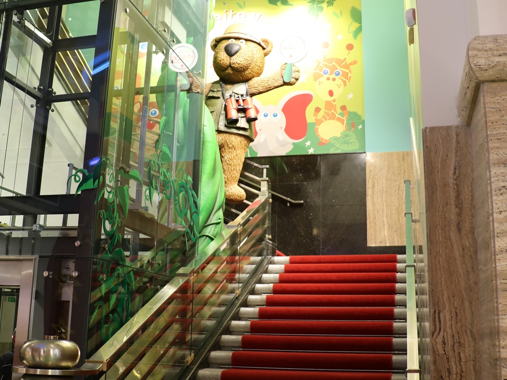 Propability,-Hamleys-Prague,-Teddy-on-stairs-climbing-7m-beanstalk.jpg