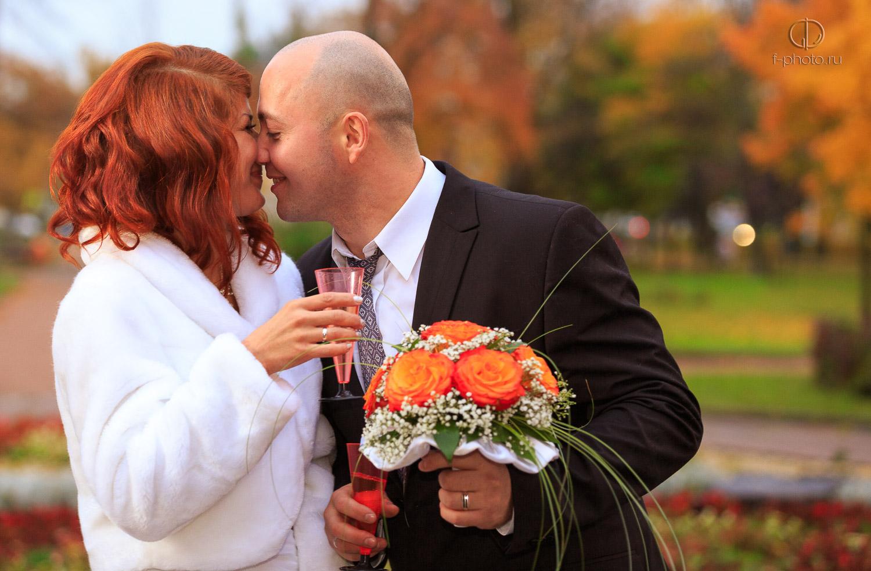 Хороший свадебный фотограф поможет вам почувствовать себя раскованно