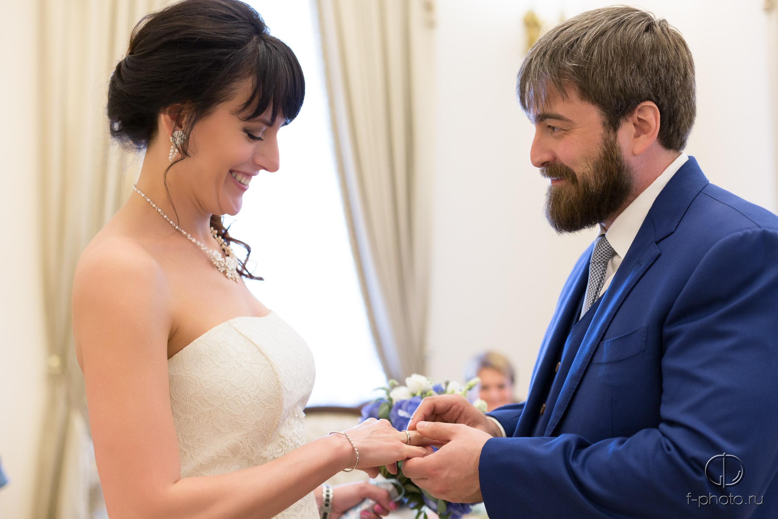 Обмен кольцами во время церемонии
