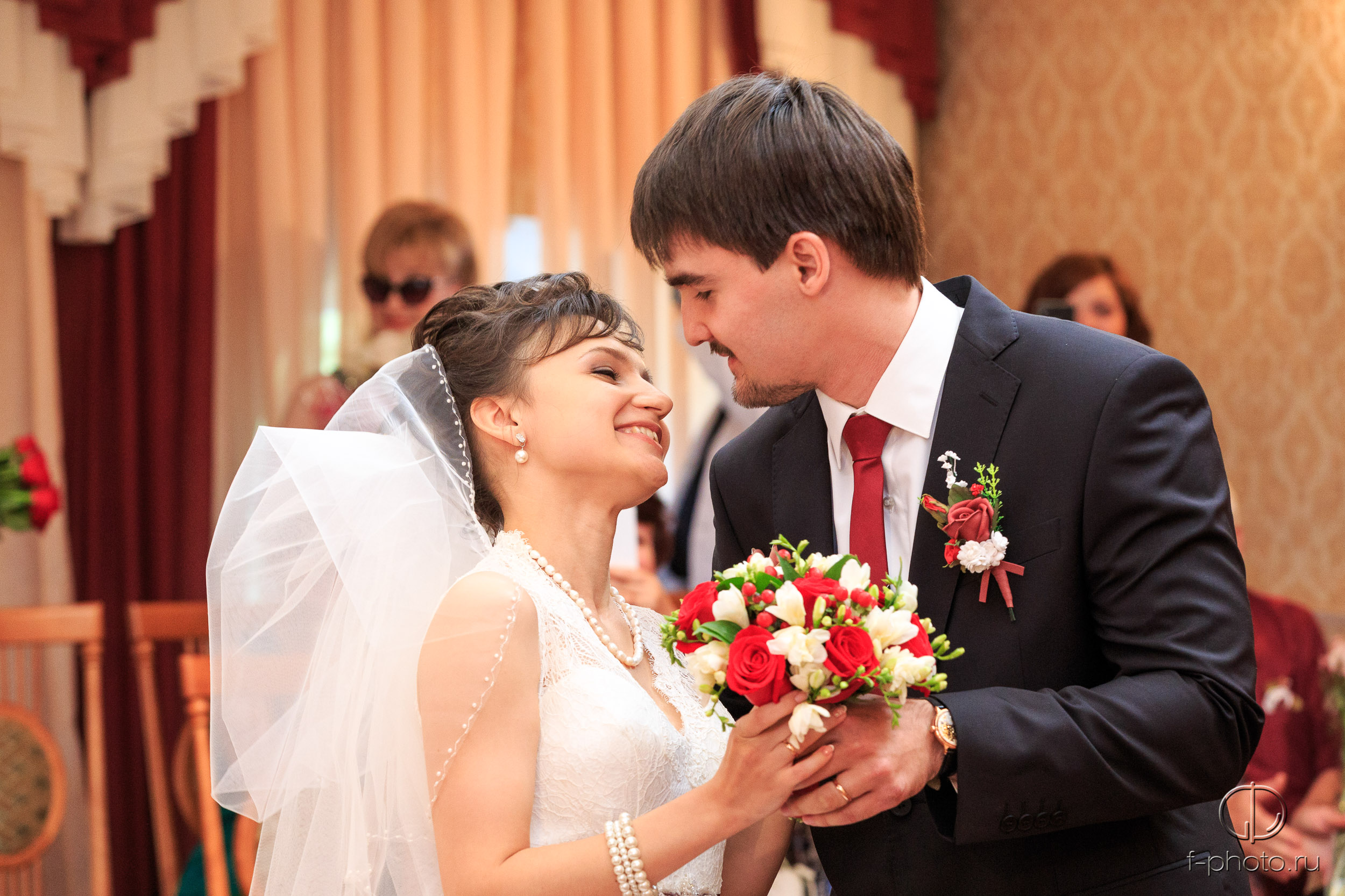 Первый поцелуй на церемонии бракос