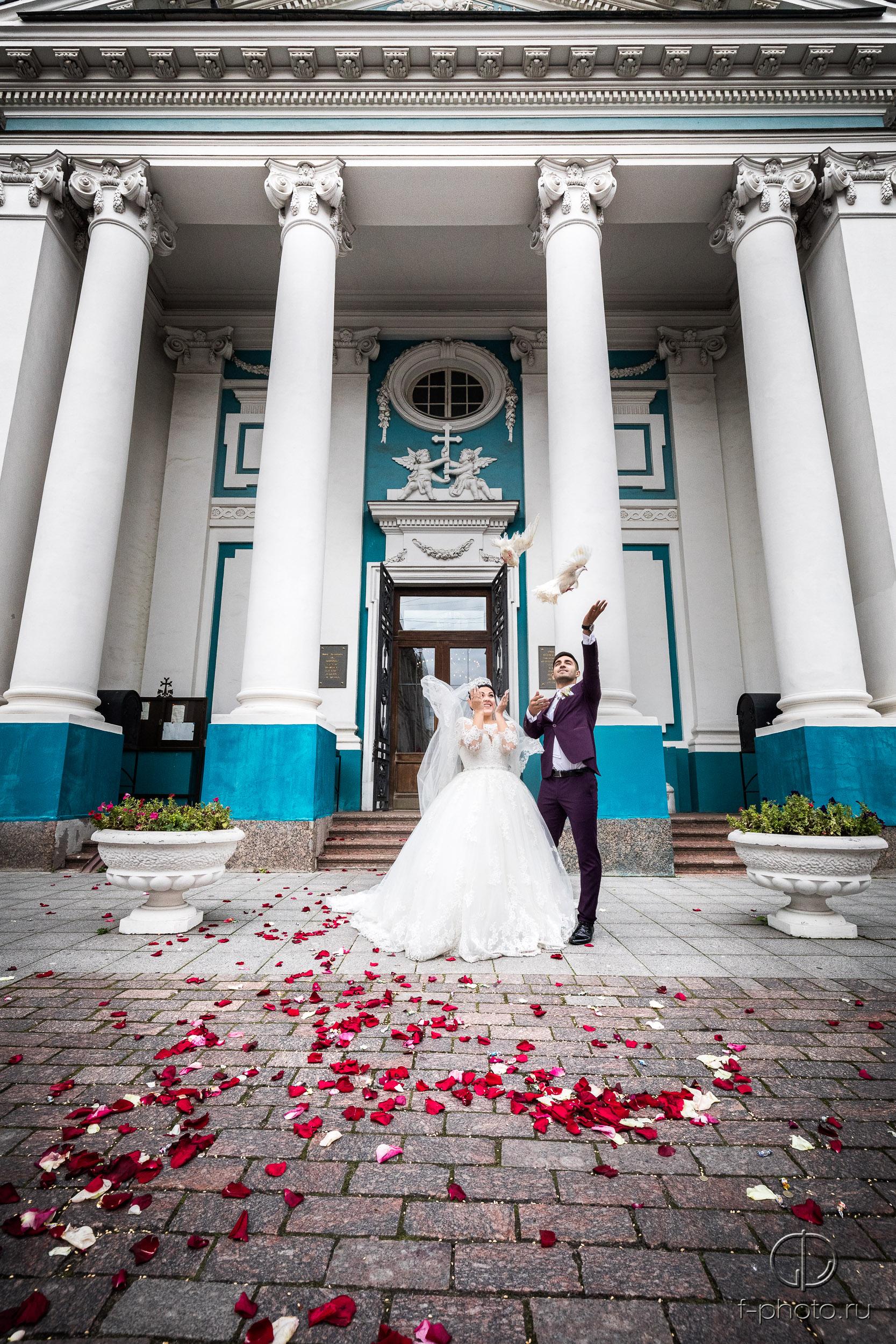 Отпускание голубей женихом и невес