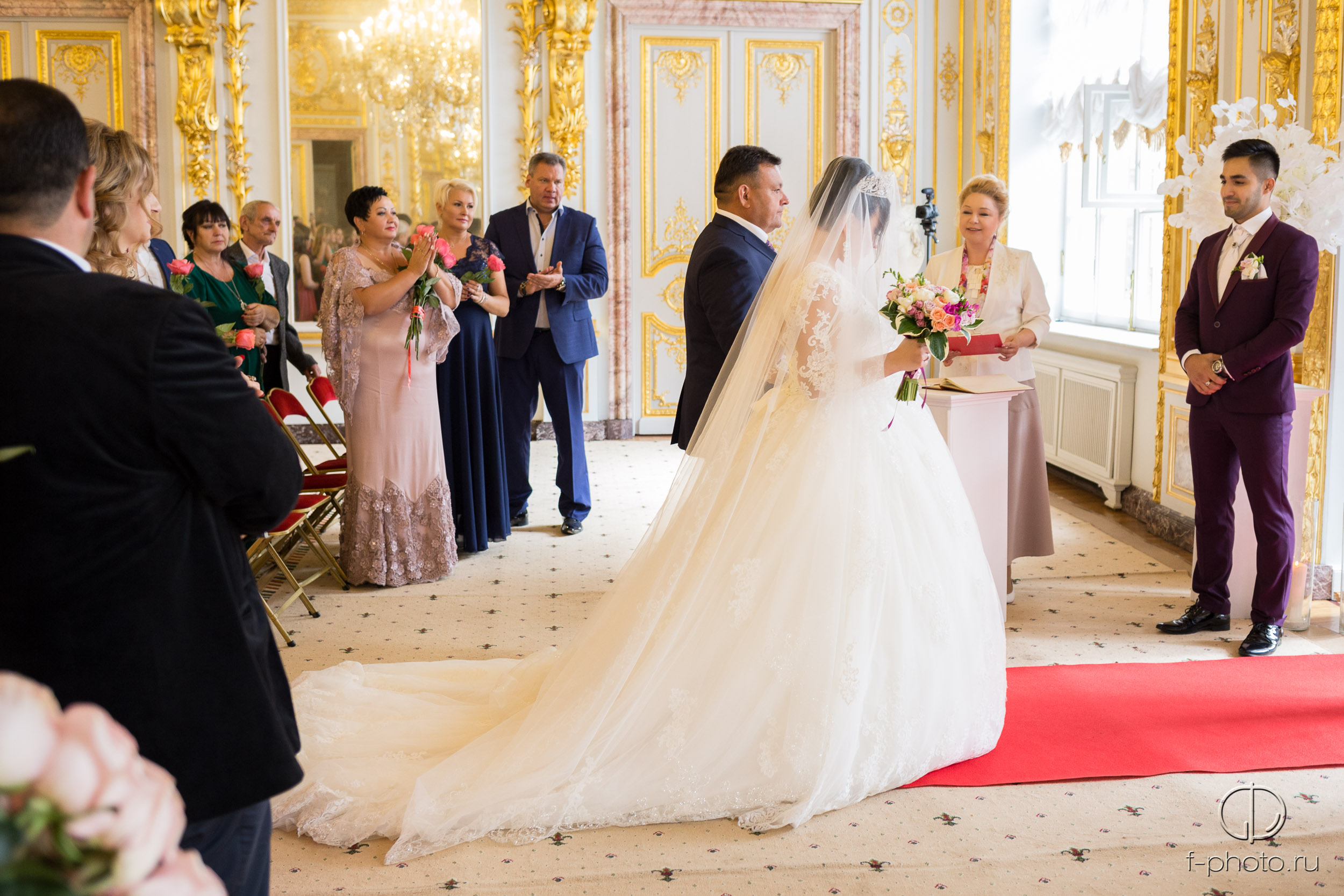 Отец ведёт невесту под венец