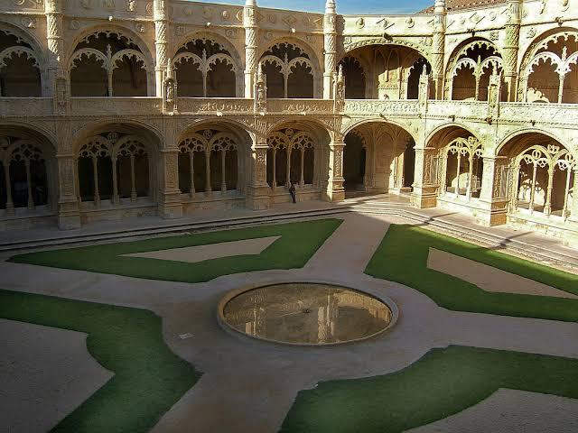 Mosteiro dos Jerónimos. Photo Source: Gardenvisit.com.