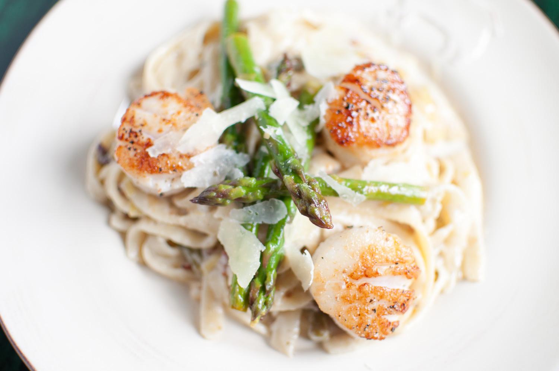 lemon garlic fettuccine with leeks, asparagus & scallops   kitchen lush