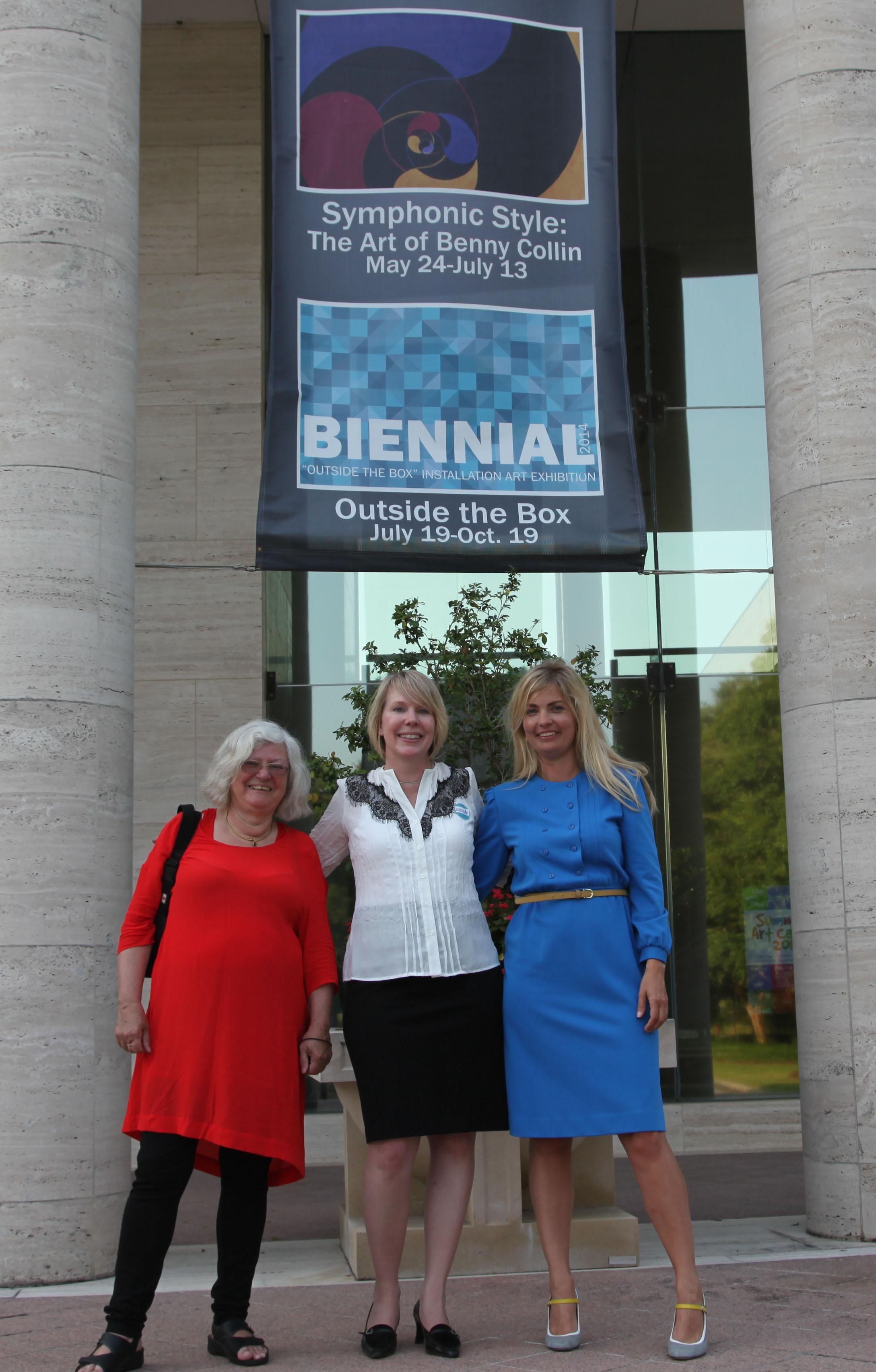 Family reunion (2014). Eva, Vikki (Thoras barnebarn)og Ditte foran Appleton Museum i Florida, til åbningen af udstillingen med nogle af Bennys amerikanske værker