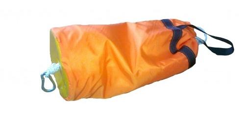 Это выброска (морковка). Кидается упавшему за борт, тот ловит и обвязывается, его тянут к берегу