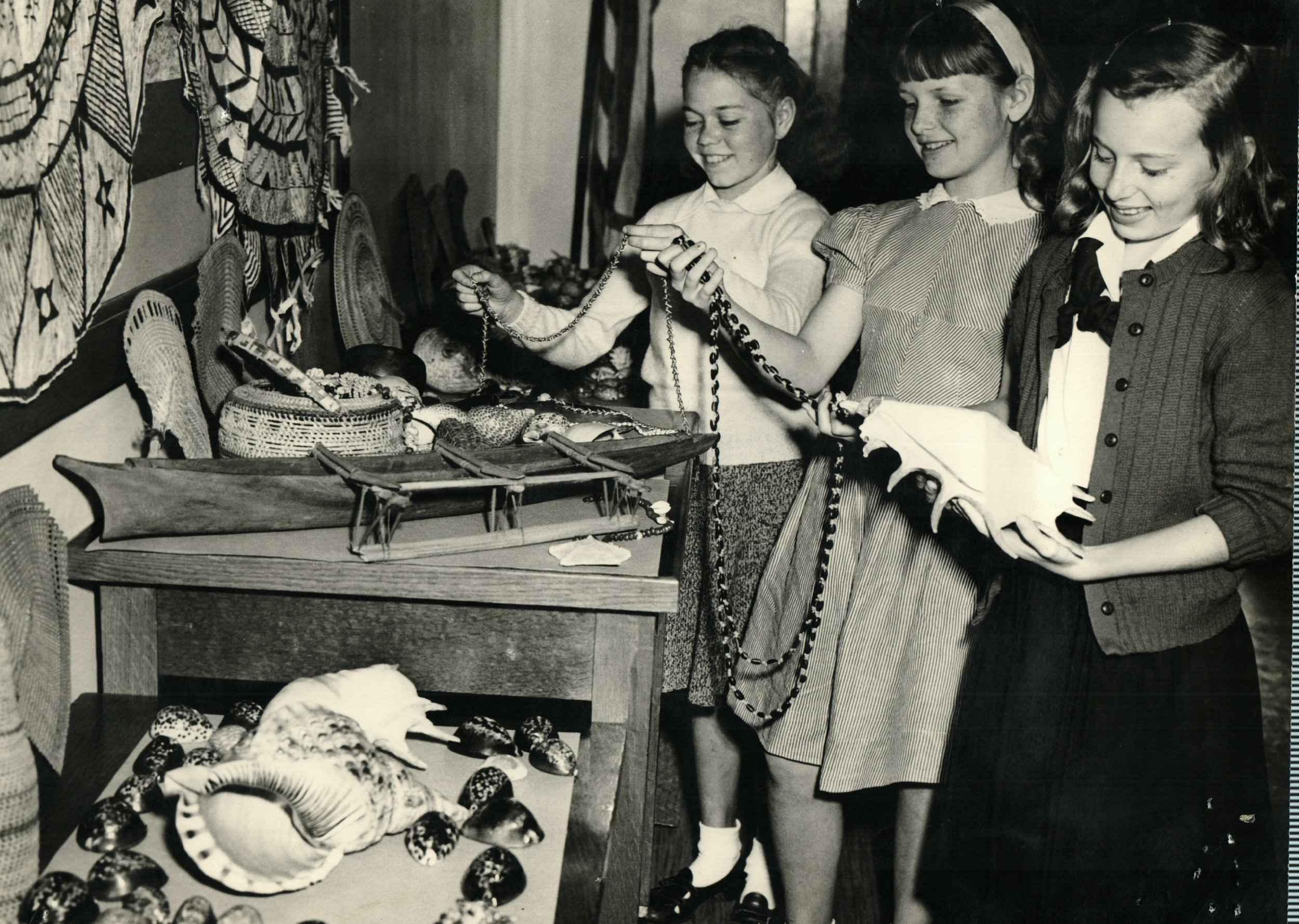 1948-Lincoln School students display articles from Samoan Islands.JPG