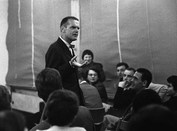 Un día Charles Eames vistió la HfG de Ulm. Me estalla la cabeza.